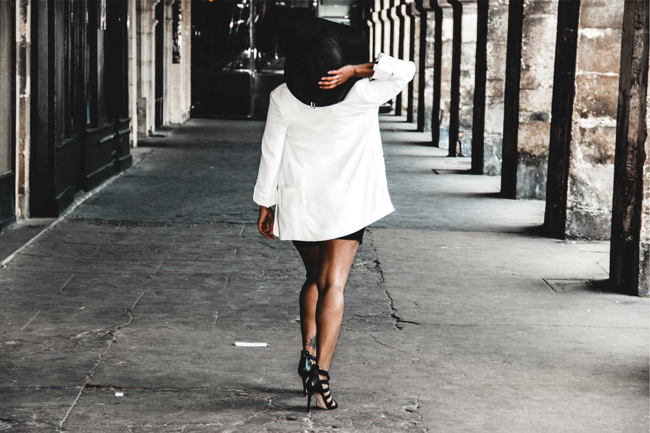 Girl walking at place des Vosges in paris. Community Manager freelance & Content Creator, Travel Storyteller
