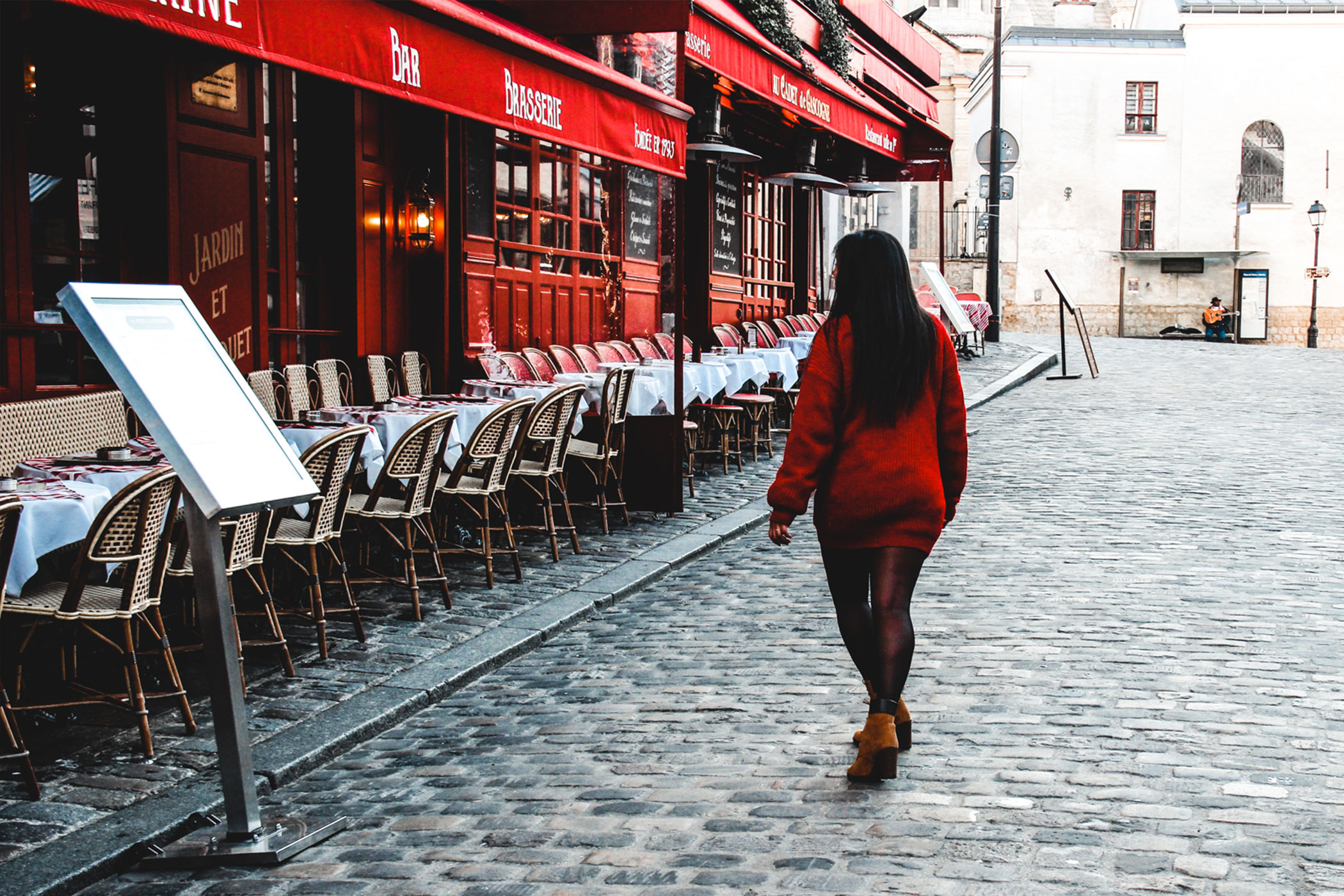Girl en red, travel Storyteller share tips for slow travel